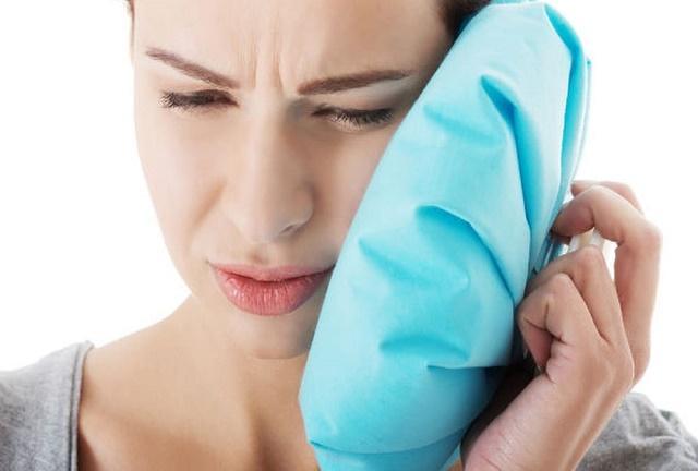 Chườm đá và khăn ấm là cách giảm sưng đau sau phẫu thuật răng khôn